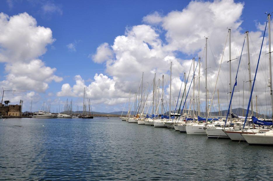 Im Hafen von Alghero liegen unzählige Segelschiffe