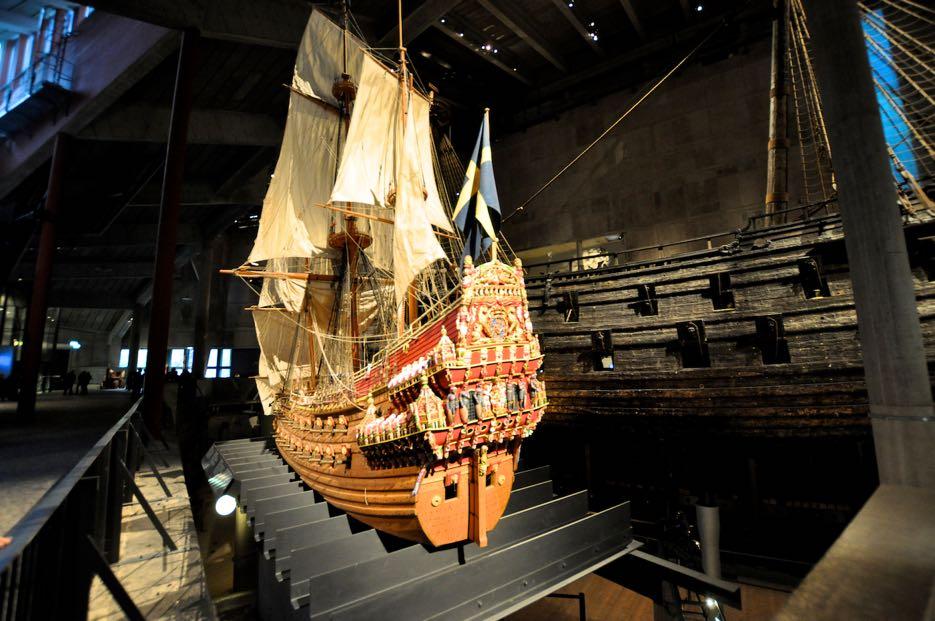 Ein Modell der Vasa, dahinter das Original