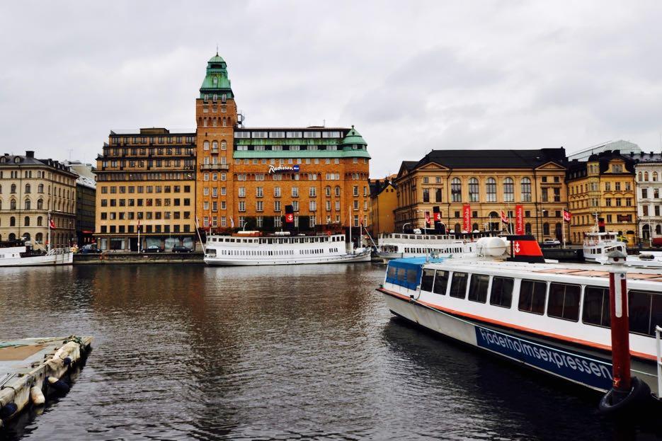 """""""Venedig des Nordens"""", """"Stadt auf dem Wasser"""", """"Königin des Mälaren"""". Mit anderen Worten: Stockholm"""