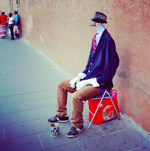Straßenkünstler Trick in Rom: der Kopflose hat sogar sehr viel Hirn. Nur ist es eben auf Höhe der Krawatte verborgen.