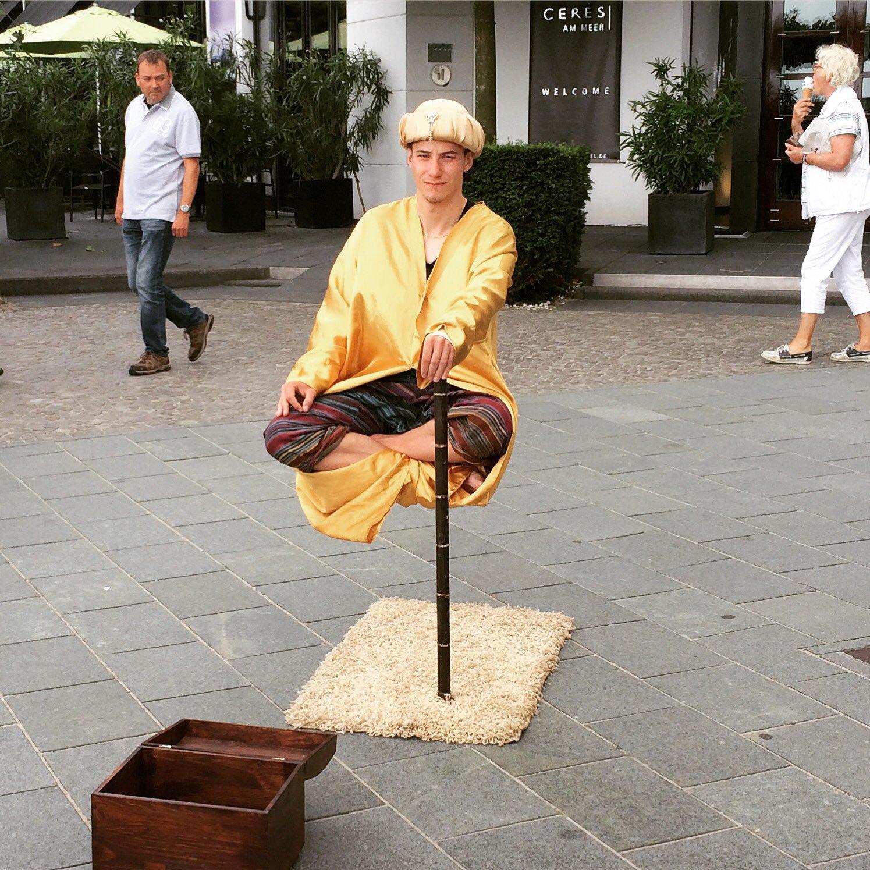 Der Schwebetrick eines Straßenkünstlers in Binz