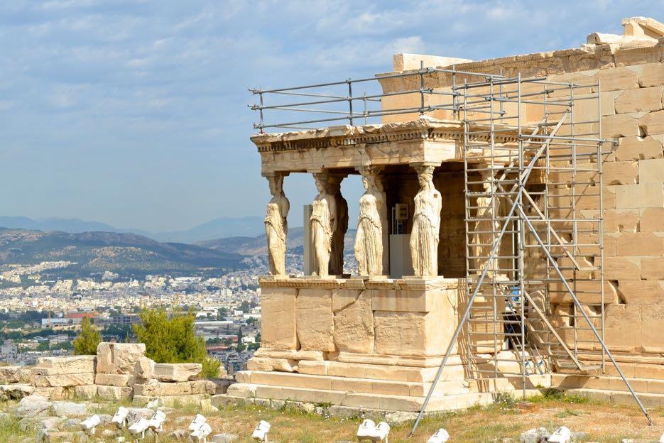 Das Erechtheion mit den sechs Frauen-Statuen als Säulen