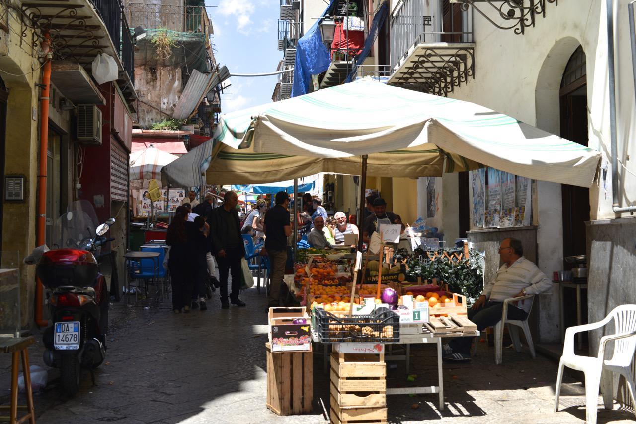 Ein traditioneller Markt in Palermo. Nicht auf einem großen Platz, sondern in engen Gassen.