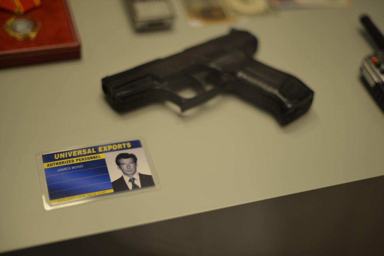 Der Tarn-Ausweis von James Bond. Plus Dienstwaffe.