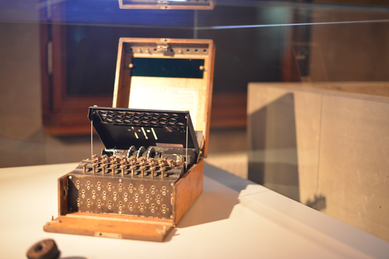 Die Enigma Verschlüsselungsmaschine aus der Zweiten Weltkrieg im Deutschen Spionage Museum Berlin.