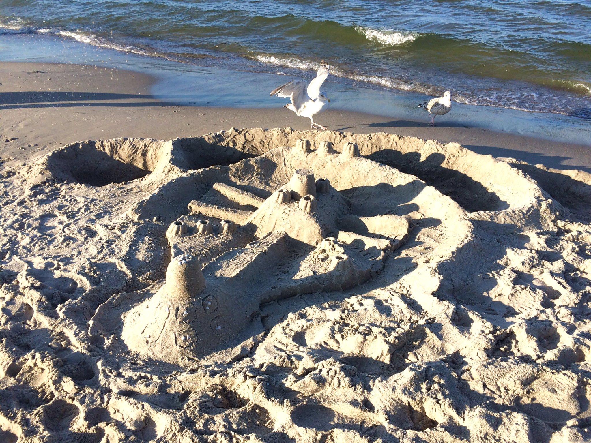 Eine von zahlreichen Sandburgen am Strand von Binz auf Rügen.