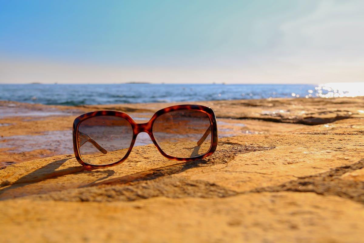 Sonnenbrillen- und Kontaktlinsentipps für den Urlaub