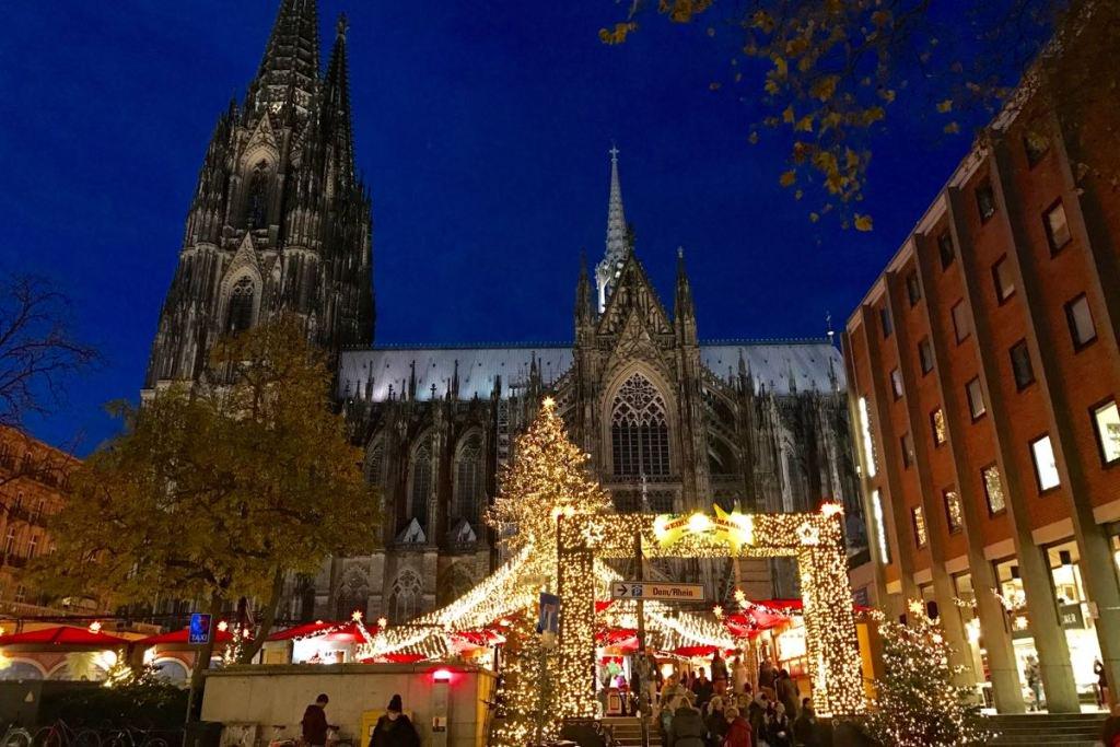 Weihnachtsmarkt in Köln: Herzen und Heinzel