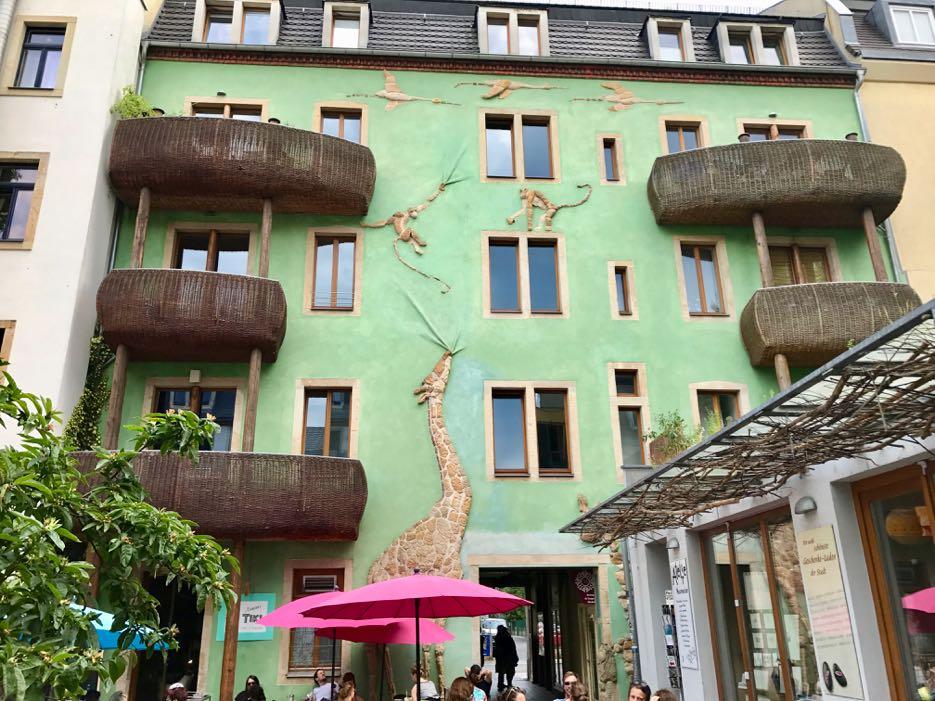 Die Hausfassaden der Kunsthofpassagen.