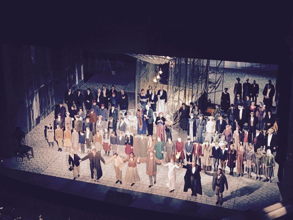 In der Semperoper: Das Ensemble von La Boheme nimmt den Applaus des Publikums entgegen.
