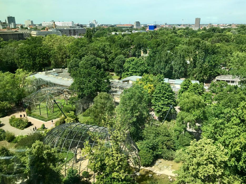 Vom Neni Berlin hat man einen tollen Blick auf den Berliner Zoo.