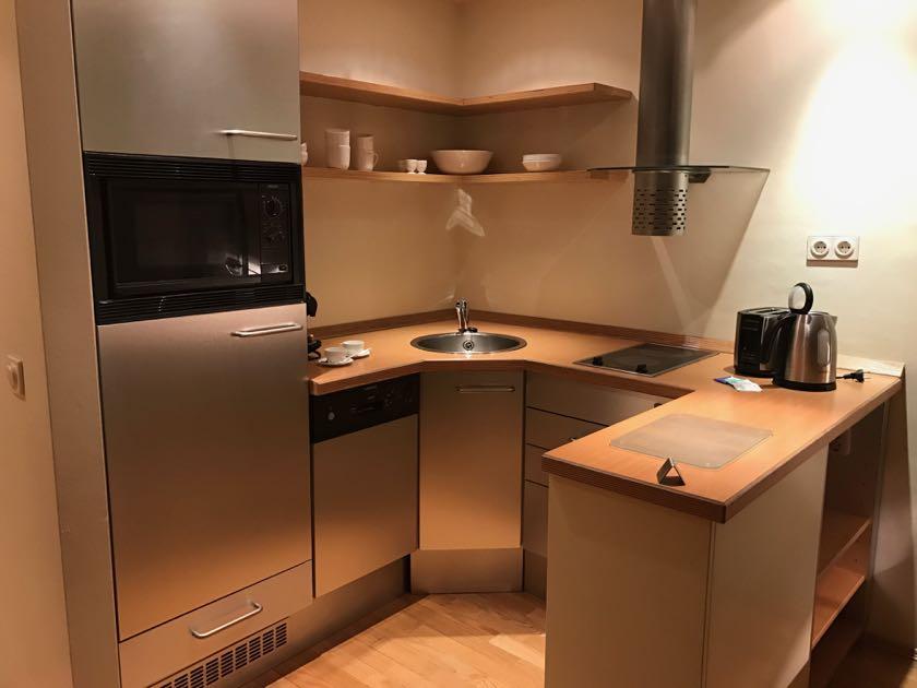 Mikrowelle, Kühlschrank, Wasserkocher, Espressomaschine.