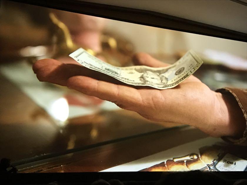 Wölbte sich der Geldschein durch die Körperwärme nach oben, dann ist er echt.