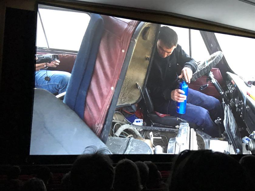 Russen denken praktisch. Der Motor ist eh ständig kaputt, da ist es doch praktisch, wenn der Fahrer zum Reparieren nicht extra aussteigen muss.